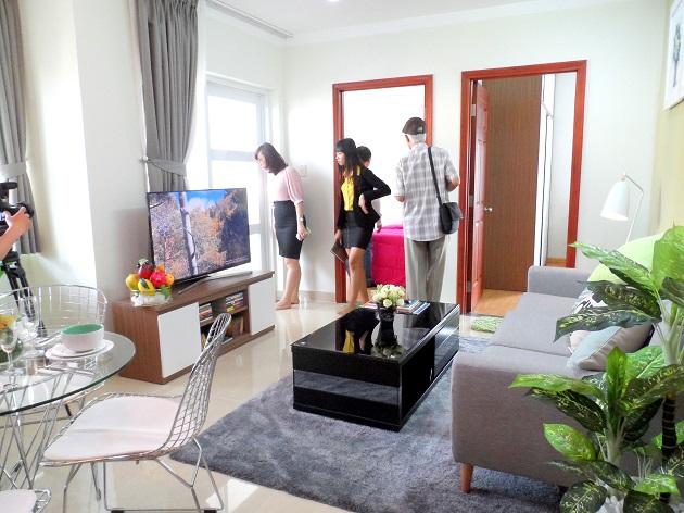 Phòng khách của căn hộ diện tích 60.2 m2 được thông với khu vực ăn và bếp nấu